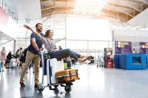 空港ではしゃぐ夫婦