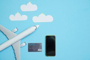 飛行機の模型とクレジットカードとスマホ