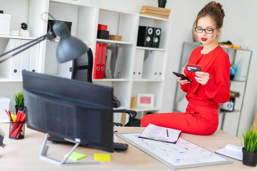 女性 クレジットカード オフィス