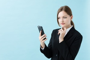 スマホを見つめる ビジネスマン女性