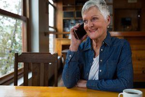 電話で語らう 女性