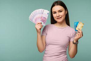 カードと 紙幣を持つ女性