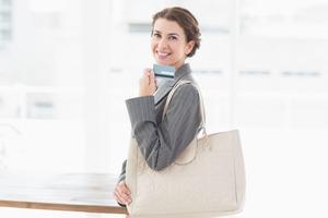 微笑むバッグを持つ女性