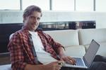 個人事業主 ノートPCを持つ男性