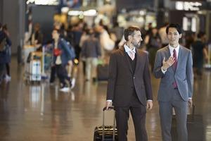 空港で談笑する ビジネスマン