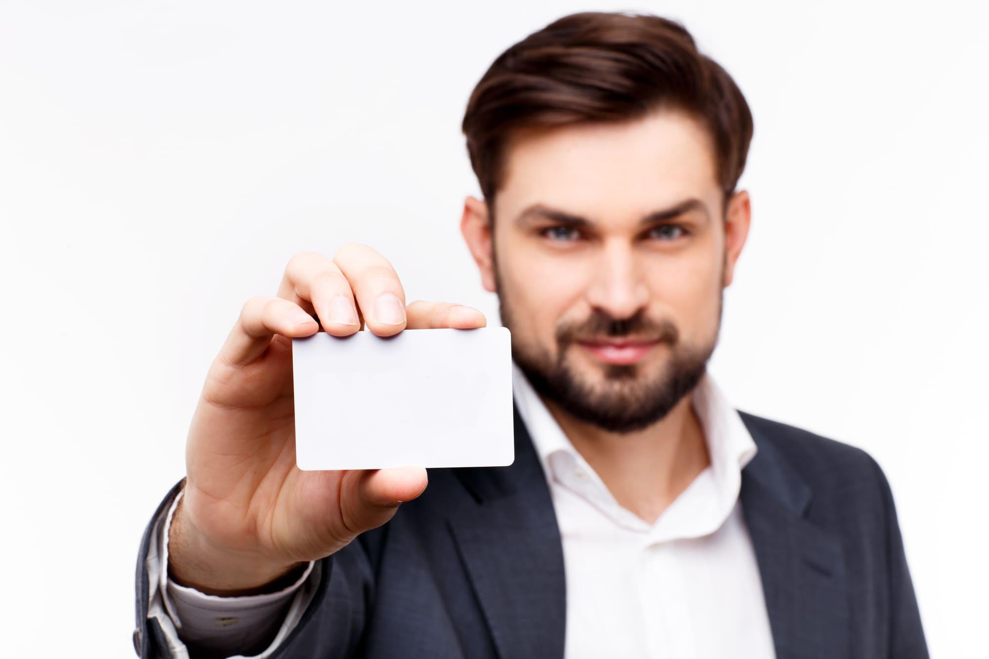 カードを手前に掲げる ビジネスマン