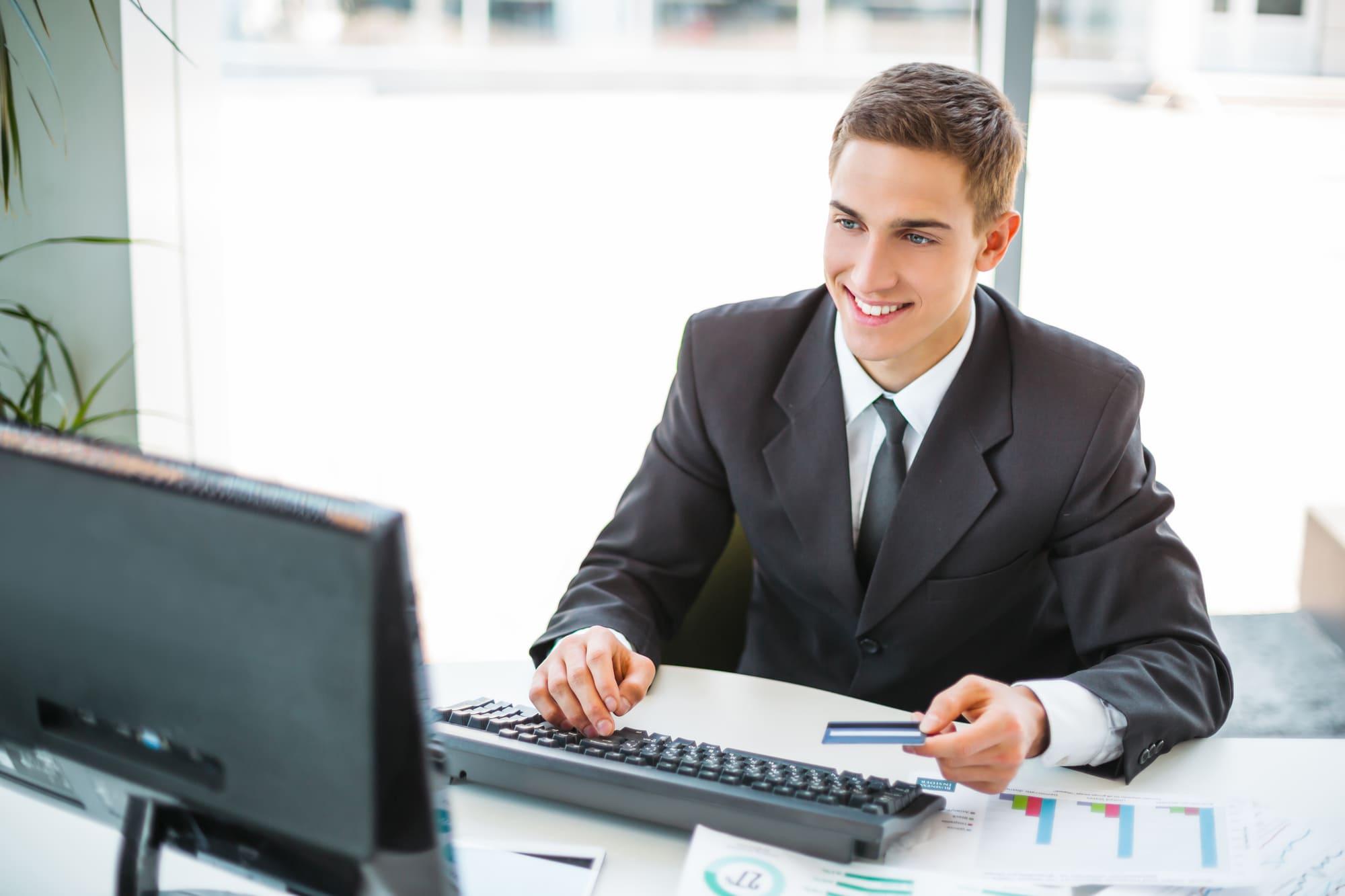 PCで微笑むビジネスマン男性