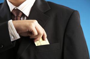 ポケットからカードを出すビジネスマン