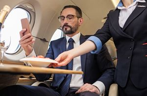 機内のビジネスマン