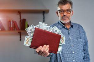 紙幣を見せる男性