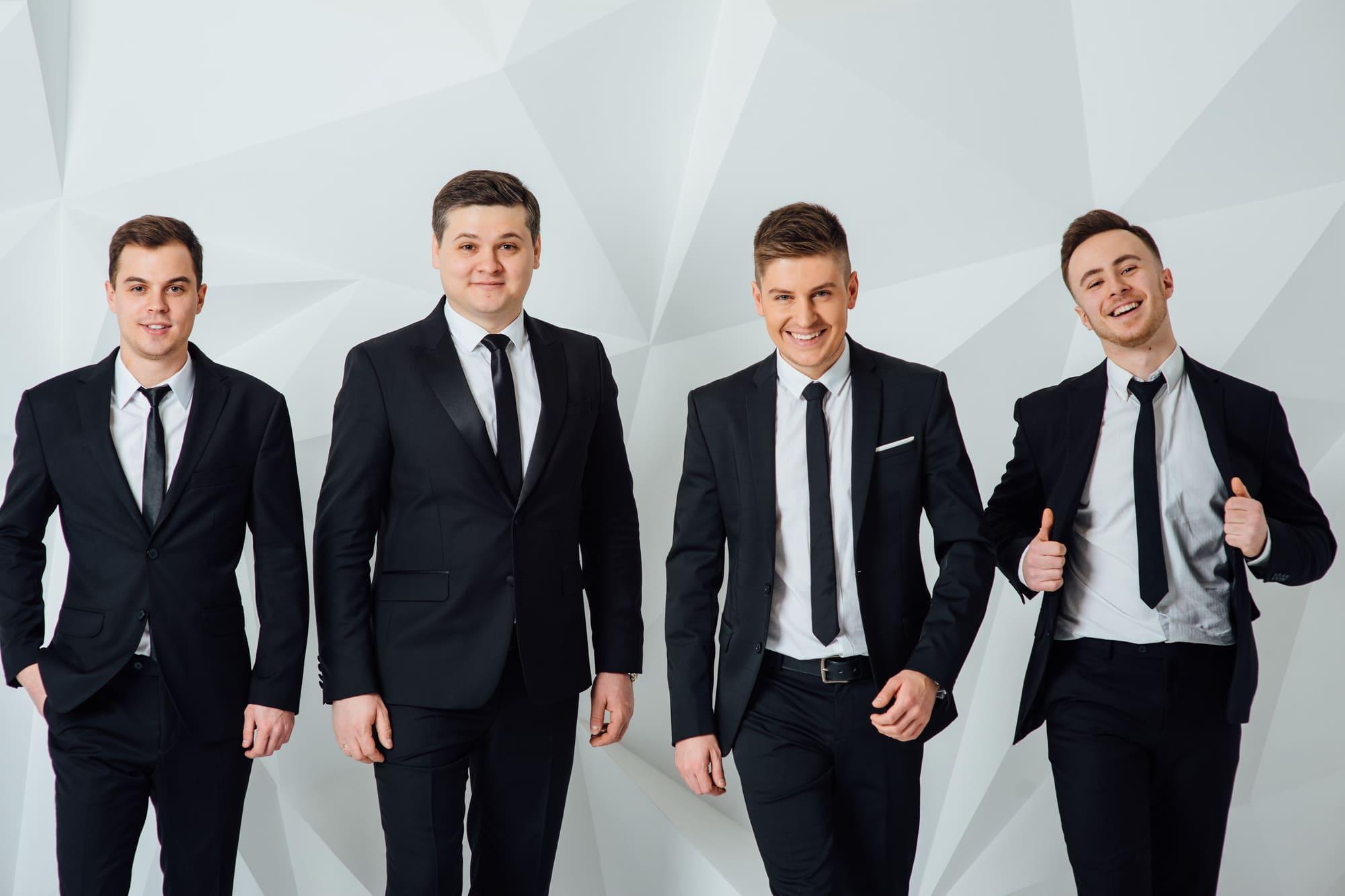 ビジネスマン 黒スーツの4人組