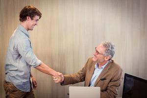 法人カードのサービスを活用手を握る男性2名