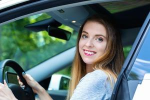 車内から外へ微笑む女性