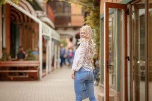 お店の外で振り返る女性