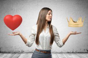 両手にハートと王冠を掲げる女性