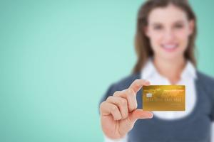 ゴールドカードをかざす女性