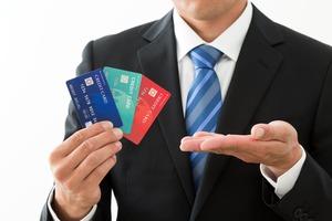カードをお勧めする男性の手