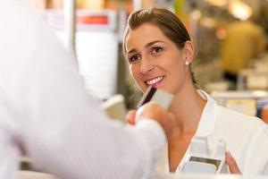 カード支払いを受け付ける女性