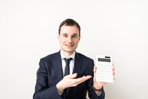 電卓を持ってお勧めするビジネスマン