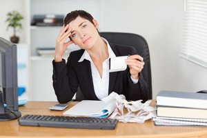 審査に悩む管理職の女性