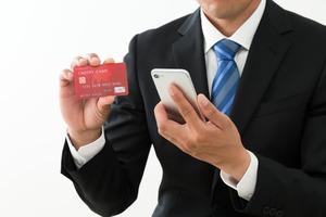 クレジットカードを持つ男
