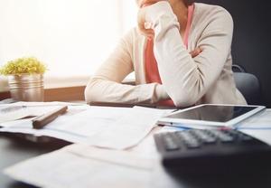 経費計算で悩む女性経営者