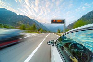 ETCで割引利用した高速を走り抜ける車