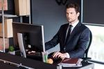 個人事業主の確定申告を行う男性