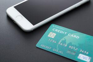 クレジットカードとスマートフォンが置いてある