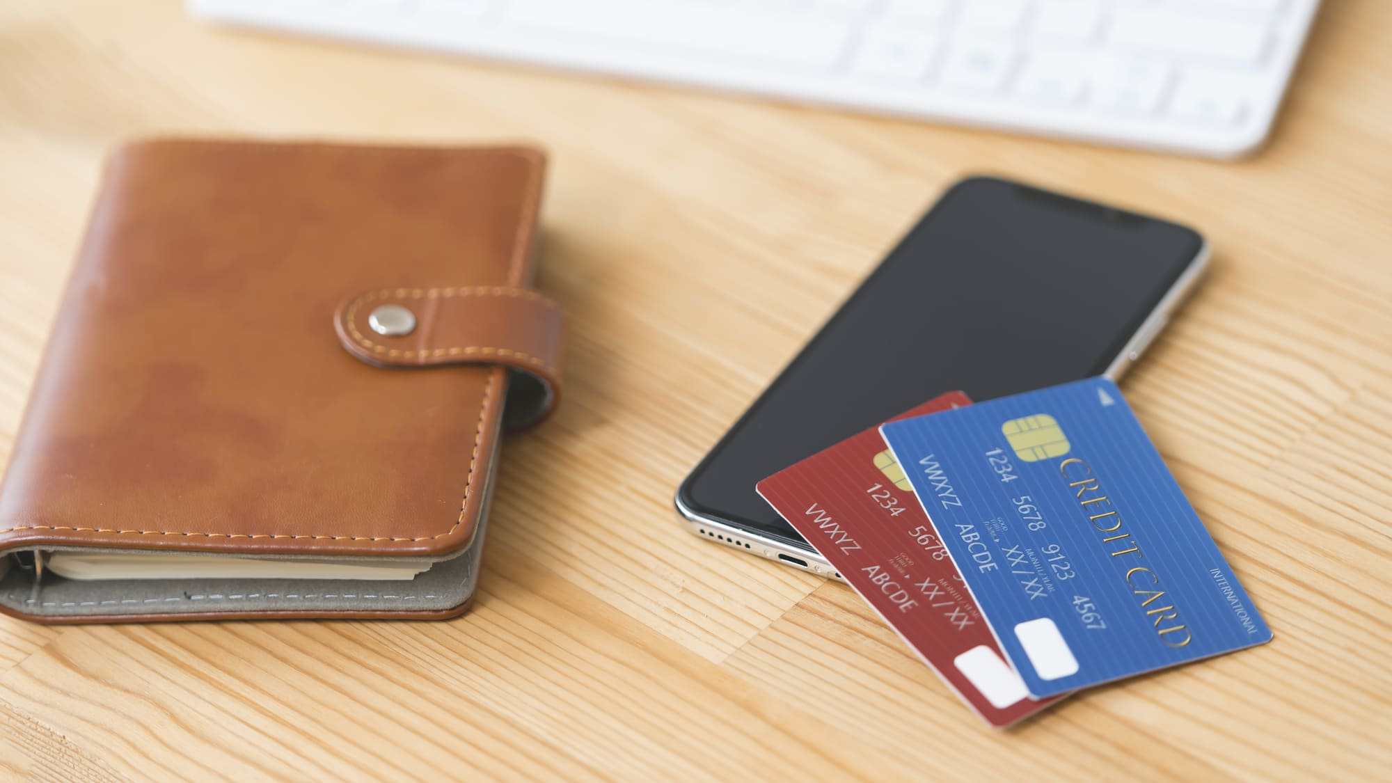 手帳とスマートフォンとクレジットカードが置いてある
