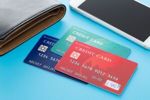 財布とスマートフォンとクレジットカードが置いてある