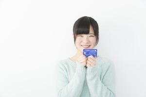 クレジットカードを持った笑顔の女性