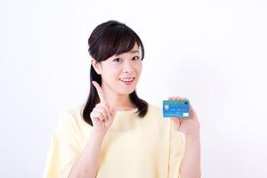 青いクレジットカードを持った女性