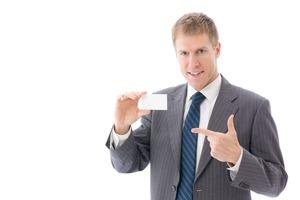個人事業主におすすめの法人カードを手にする男性