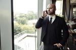 審査落ちを心配する事業実績がまだない男性ビジネスマン