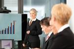 ミーティングで内容を徹底解説する女性ビジネスマン