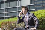 申し込みをして審査の電話を受ける男性ビジネスマン