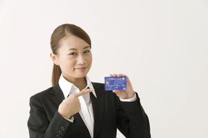 クレジットカードを指す女性