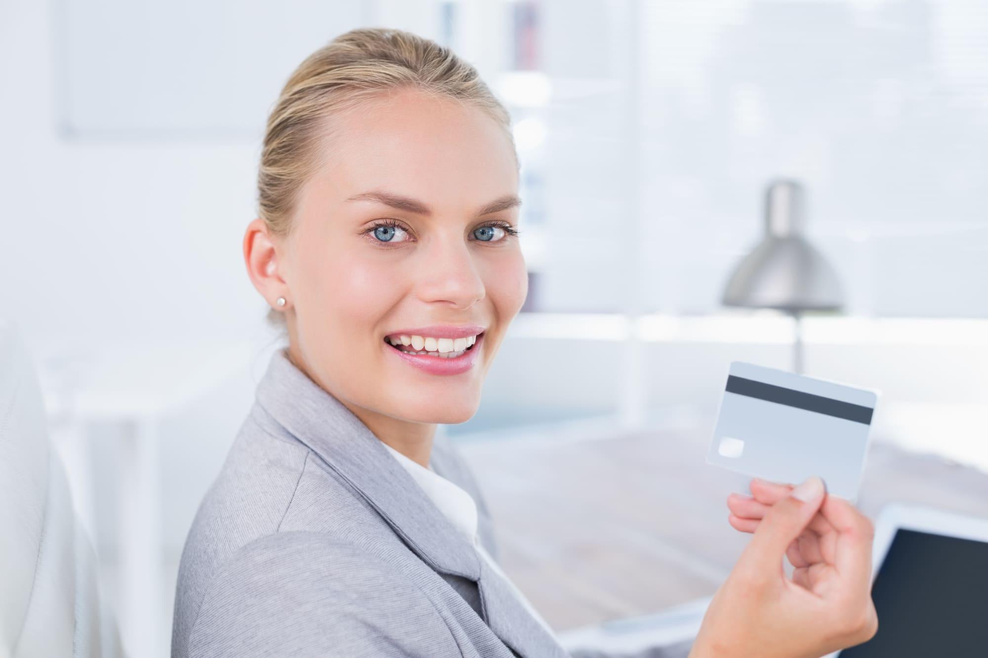 最強の法人カードを選ぶ女性ビジネスマン