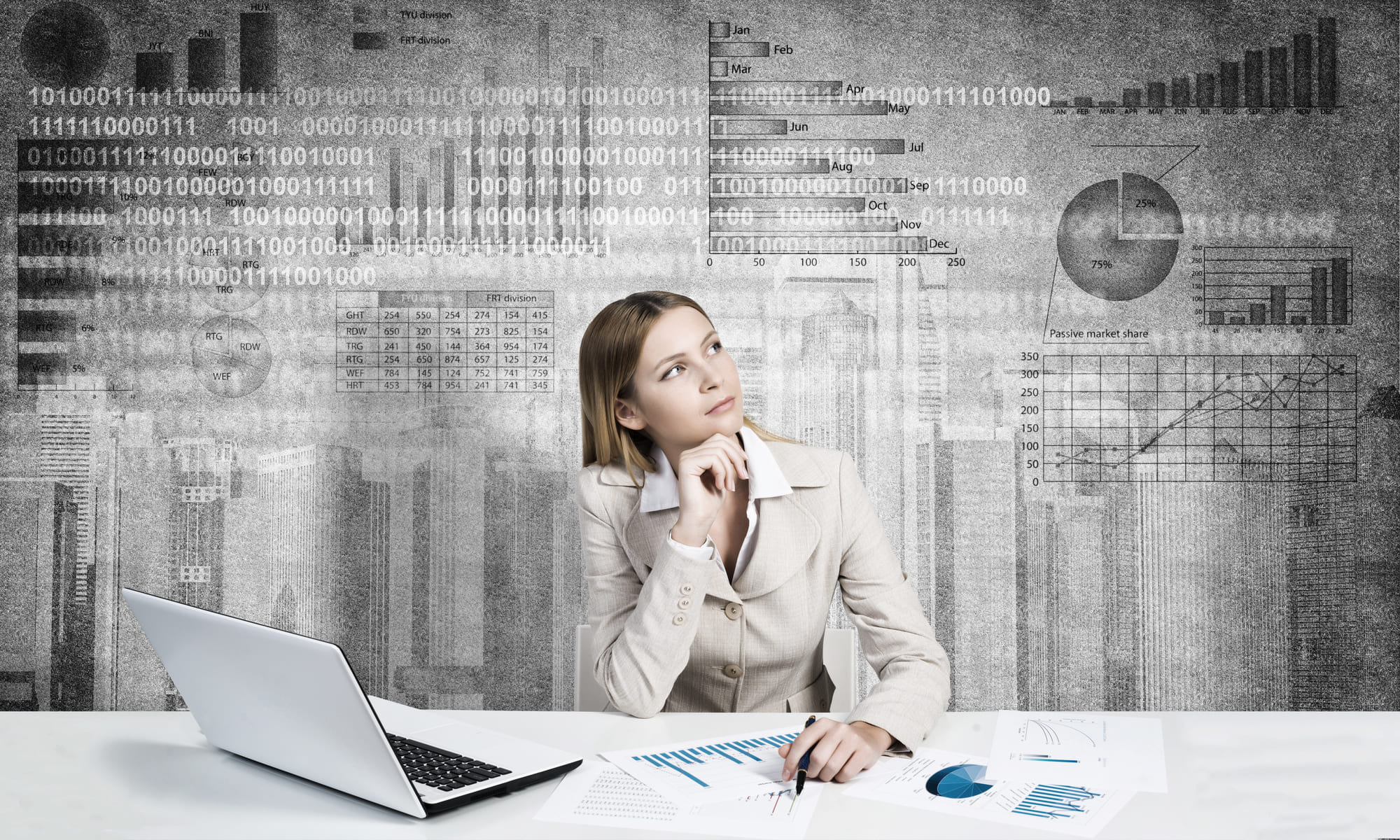 分析を行う女性ビジネスマン