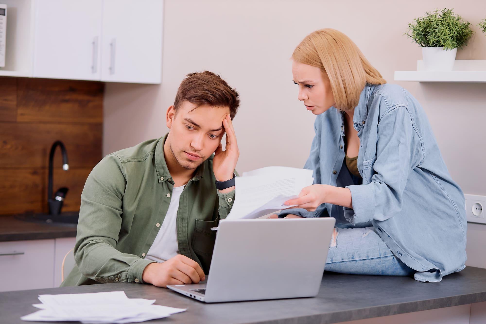 税金の納付に頭を抱える個人事業主の夫婦
